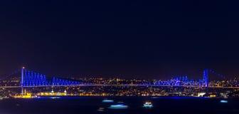 för den istanbul för bosphorusbrofärg pinken natten ser sight till fotografering för bildbyråer