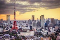 för den japan för byggnader för lägenhetarkitekturbyggnad towers det konkreta glass höga tokyo för stål moderna bostadsstigningen Arkivfoto