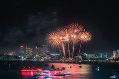 För den Pattaya för fyrverkerier annonserar internationell färgrik cityscape stranden på nattplatsen för att resa händelseferie royaltyfri fotografi
