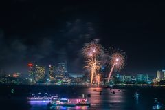 För den Pattaya för fyrverkerier annonserar internationell färgrik cityscape stranden på nattplatsen för att resa händelseferie , royaltyfri fotografi