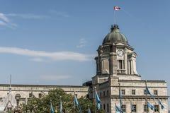 För den Quebec City för det Kanada museumfortet sjunker den gamla världsarvet för UNESCO historiska kanadensiska flaggan lyftta c royaltyfria bilder