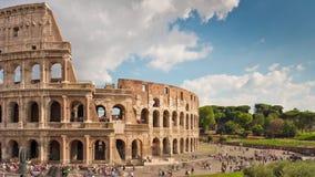 För den rome för sommardagen trängde ihop den berömda turisten colosseumen tidschackningsperioden Italien för panorama 4k arkivfilmer