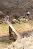 För Deschutes Maupin Oregon i stadens centrum för flyg- sikt huvudväg 197 flod Arkivbilder