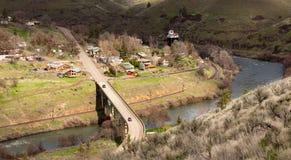 För Deschutes Maupin Oregon i stadens centrum för flyg- sikt huvudväg 197 flod Royaltyfri Bild