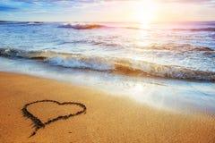 för designhjärta för strand begreppsmässig sand Romantisk sammansättning fotografering för bildbyråer
