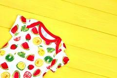 För designsommar för spädbarn läcker kläder Arkivbilder