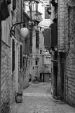 för det croatia för den adratic staden trappan för sibenik stenar den smala gammala havet gataturisten Royaltyfri Fotografi
