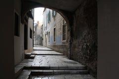 för det croatia för den adratic staden trappan för sibenik stenar den smala gammala havet gataturisten Fotografering för Bildbyråer