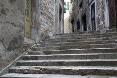 för det croatia för den adratic staden trappan för sibenik stenar den smala gammala havet gataturisten Royaltyfri Bild