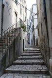 för det croatia för den adratic staden trappan för sibenik stenar den smala gammala havet gataturisten Arkivfoton
