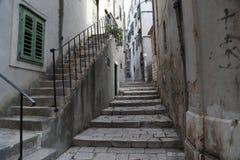 för det croatia för den adratic staden trappan för sibenik stenar den smala gammala havet gataturisten Arkivbild