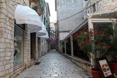 för det croatia för den adratic staden trappan för sibenik stenar den smala gammala havet gataturisten Royaltyfria Foton