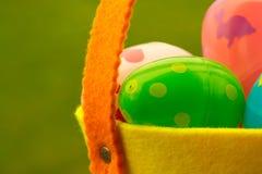 för det easter för bakgrundspojken isolerade den gullig jakten för gräs för ägg ägget ny dolde green sökande av white Arkivbilder