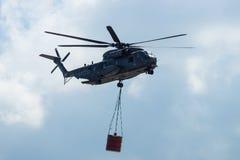 för det Sikorsky CH-53 för Skurkroll-elevatorn lasthelikoptern hingsten havet av den tyska armén med utrustning för att slåss avf Arkivbilder