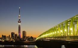 för det tokyo för den 634 avvärjer den lokaliserade räkneverk skysumidaen tv:n för treen tornet arkivbilder