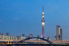 för det tokyo för den 634 avvärjer den lokaliserade räkneverk skysumidaen tv:n för treen tornet arkivfoton
