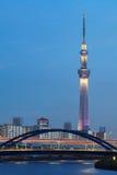 för det tokyo för den 634 avvärjer den lokaliserade räkneverk skysumidaen tv:n för treen tornet Arkivbild