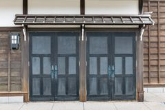 För detaljglidning för slut övre dörr av stil för arkitektur för Edo period med sidor mindre träd i Noboribetsu datumJIdaimura de Royaltyfri Bild
