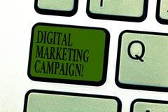 För Digital för ordhandstiltext aktion marknadsföring Affärsidé för att online-marknadsföra försök ska annonsera märkestangentbor royaltyfria bilder