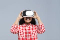 För Digital för virtuell verklighet för kläder för ung kvinna leende för flicka för afrikansk amerikan exponeringsglas lyckligt Arkivbilder