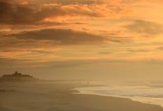 För dimmig molnig Sky NC morgonSeashore för liggande royaltyfri fotografi