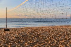 för djupfält för bakgrund grund volleyboll för oskarpt hav för framdel netto Arkivfoto