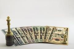 För dollarpengar för USA fördelade amerikanska räkningar och myntcent på vit b Royaltyfria Bilder