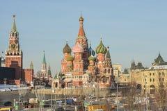 För domkyrka och Spasskaya för St-basilika` s torn av MoskvaKreml arkivfoto