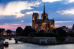 för domkyrkakopia för bakgrund blått för france för förgrund för dame de djupt Europa för paris för notre natt avstånd sky france Royaltyfri Foto