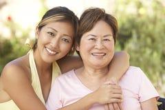 för dotter trädgårds- för pensionär kvinna tillsammans royaltyfri bild