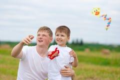 för drakeson för fader klipsk sommar tillsammans arkivfoto
