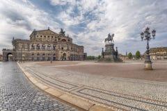 För Dresden Tyskland-, operahus- och konung Johns staty Arkivfoton
