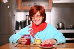 för driftstopphallon för kopp dricka kvinna för tea Royaltyfri Foto
