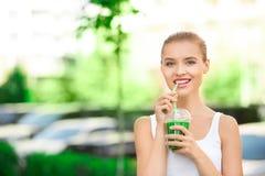 För drinksmoothie för ung kvinna sund detox utomhus fotografering för bildbyråer