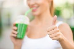För drinksmoothie för ung kvinna sund detox utomhus royaltyfria foton