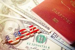 för dublin för bilstadsbegrepp litet lopp översikt USA stämmer urkedjan på hundra dollarsedlar med passdokumentet Arkivfoton