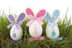 för easter för kaniner kulört gräs ägg över white Arkivfoto