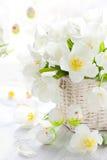 för easter för korg vita kulöra tulpan ägg Arkivfoto