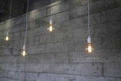 För Edison för tappning glödande kula typ på den gråa väggen royaltyfria bilder