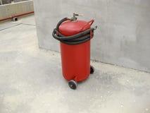 för eldsläckarebrand för bakgrund 3d isolerad white bild för eldsläckarebrand för bakgrund 3d isolerad white bild Utrustning för  Arkivbild