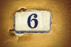 För emaljdörr för nummer sex nummer på murbrukväggen Fotografering för Bildbyråer