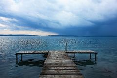 För en storm på sjön Balthon, Ungern royaltyfri foto