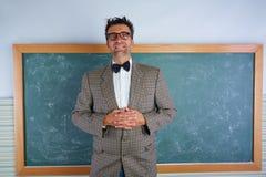 För enfaldig dräkt och hänglsen läraretappning för Nerd retro royaltyfri fotografi