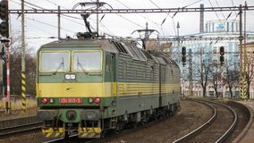 För enhetsgrupp 131 för elkraften fungerade dubbel locomotivve vid CD i Cesky Tesin i Czechia Fotografering för Bildbyråer