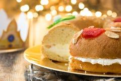 För epiphanykaka för spanjor typisk Roscon de Reyes för ` ` och julljus royaltyfria foton