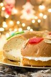 För epiphanykaka för spanjor typisk Roscon de Reyes för ` ` och julljus arkivfoton