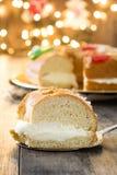 För epiphanykaka för spanjor typisk Roscon de Reyes för ` ` och julljus royaltyfri foto