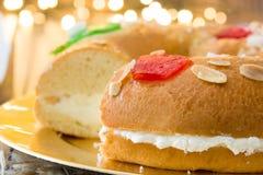 För epiphanykaka för spanjor typisk Roscon de Reyes för ` ` och julljus royaltyfri bild