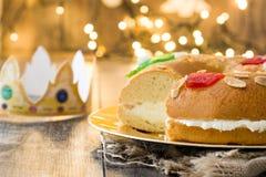 För epiphanykaka för spanjor typisk Roscon de Reyes för ` ` och julljus arkivfoto
