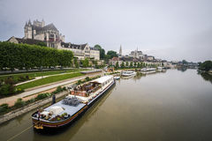 för etienne france för auxerre domkyrkacityscape saint yonne flod Royaltyfri Foto